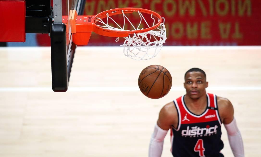 Russell Westbrook ainda tenta se classificar para os playoffs da atual temporada da NBA Foto: Casey Sykes / AFP