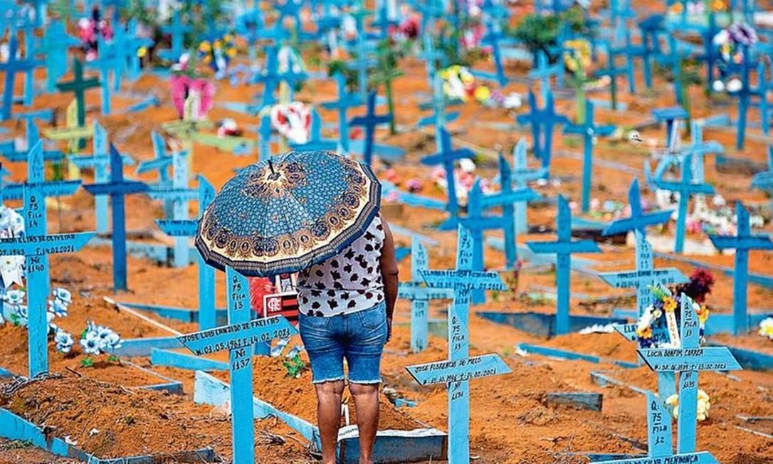 Média móvel de óbitos registrada ontem foi de 2.087, um patamar ainda alto, mas tendência é que país deixe pico da pandemia Foto: Michel Dantas/AFP/9-5-2021