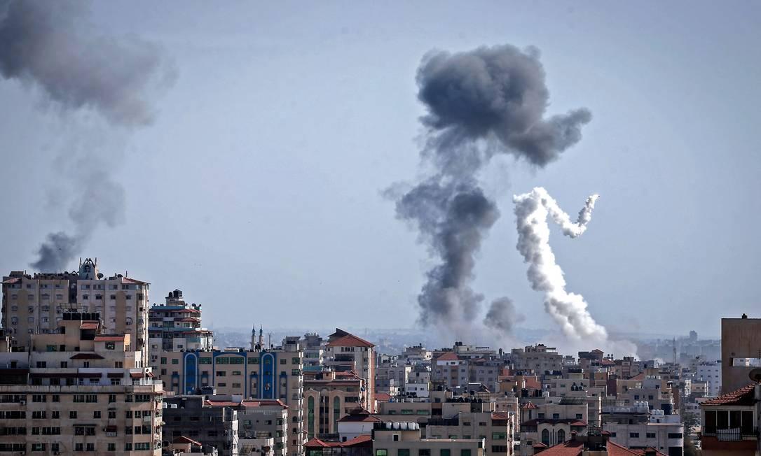 Fumaça é vista após ataques aéreos israelenses na Cidade de Gaza, controlada pelo Hamas Foto: MOHAMMED ABED / AFP
