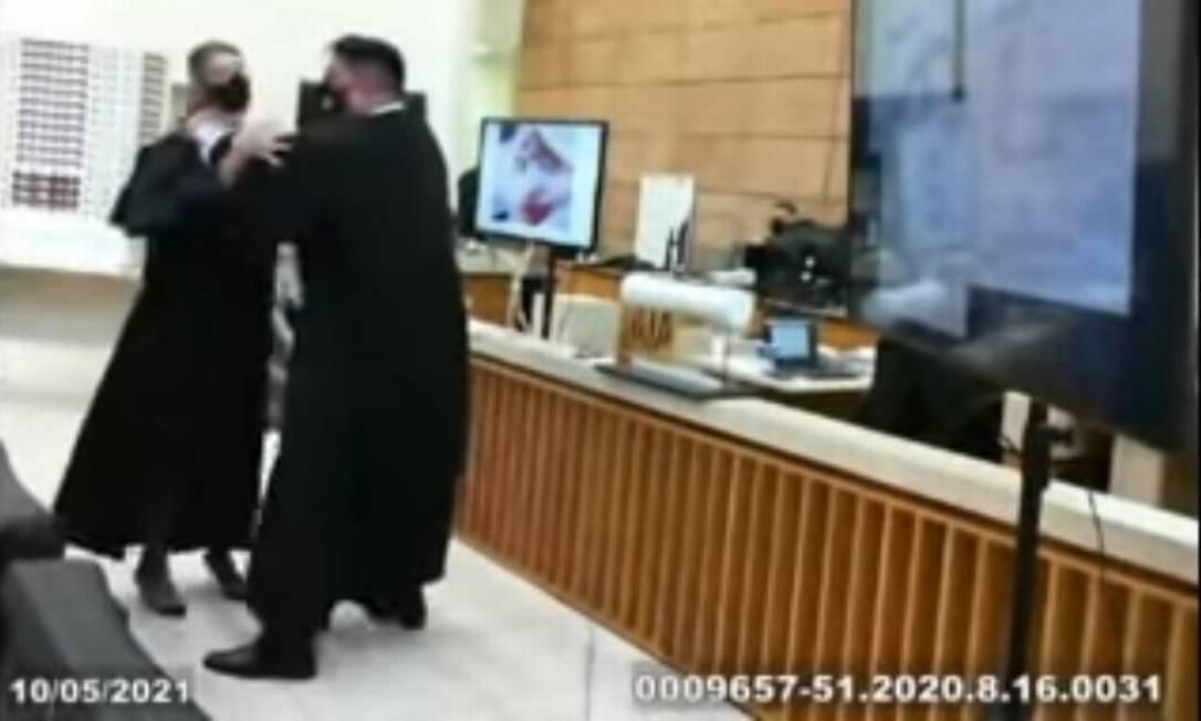 Advogados simulam agressão durante julgamento no Paraná Foto: Reprodução