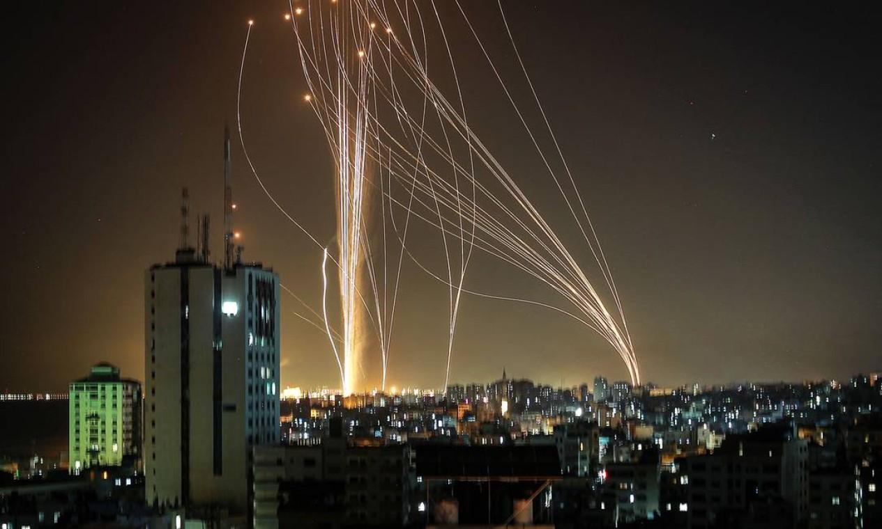 Foguetes são lançados da cidade de Gaza, controlada pelo movimento palestino Hamas, em resposta a um ataque aéreo israelense a um prédio de 12 andares da cidade, em direção à cidade costeira de Tel Aviv. Pelo menos oito pessoas ficaram feridas na cidade israelense, incluindo uma criança Foto: ANAS BABA / AFP