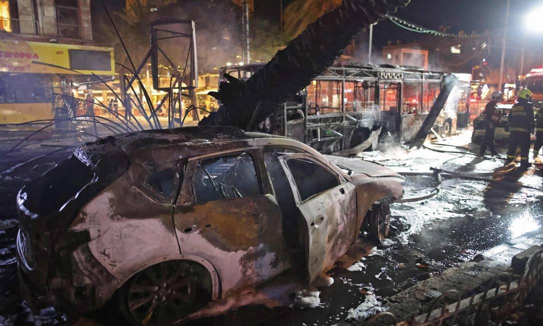 Bombeiros israelenses verificam danos na cidade israelense de Holon, perto de Tel Aviv Foto: AHMAD GHARABLI / AFP