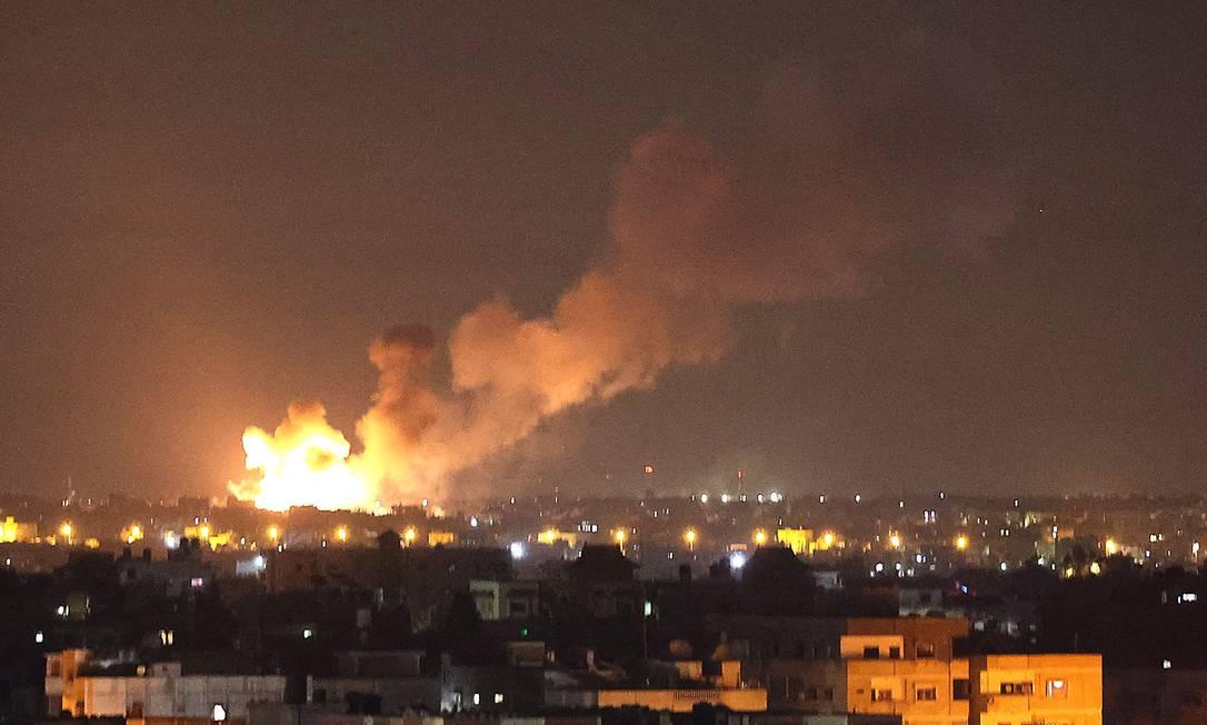 Chamas provocadas por ataque aéreo israelense em Rafah, no sul da Faixa de Gaza Foto: SAID KHATIB / AFP