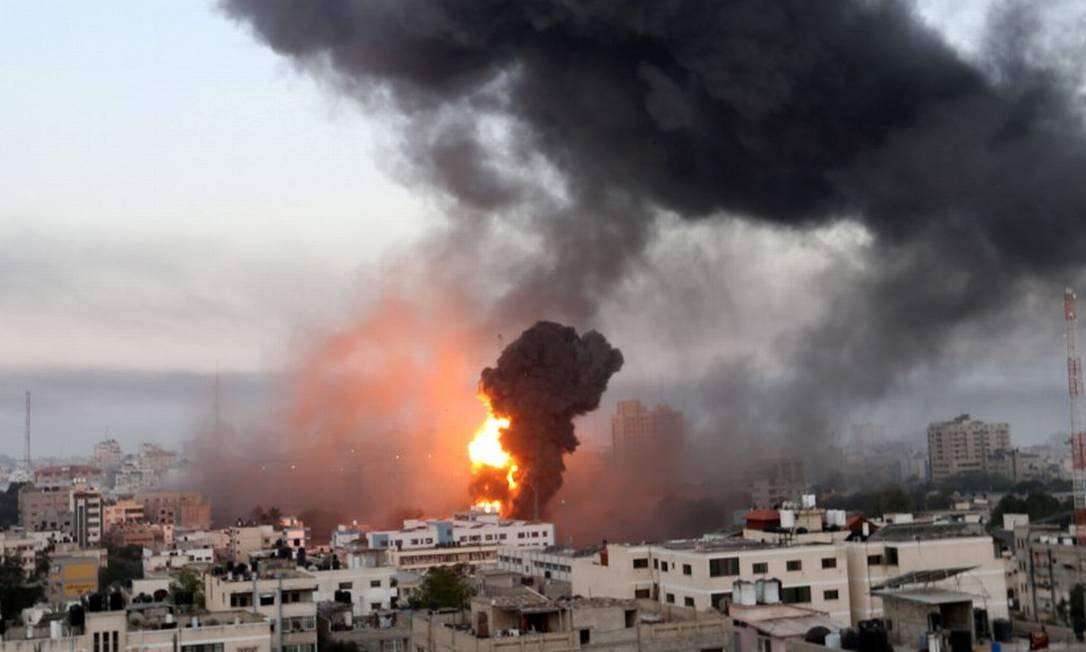 Fumaça toma o céu de Gaza após bombardeios israelenses Foto: IBRAHEEM ABU MUSTAFA / REUTERS