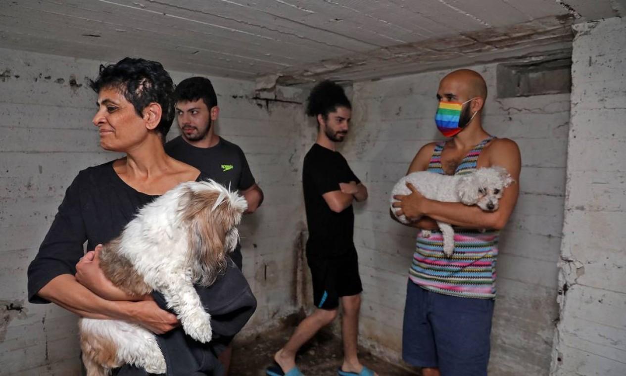 Pessoas se abrigam no porão de um prédio na cidade israelense de Tel Aviv. Alarmes pela cidade , depois que foguetes foram lançados contra Israel da Faixa de Gaza Foto: GIDEON MARKOWICZ / AFP