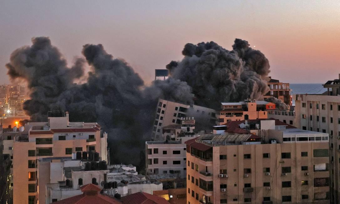 Imensa nuvem de fumaça sobre em local atingido por ataque aéreo israelense ao complexo de Hanadi na Cidade de Gaza Foto: MOHAMMED ABED / AFP