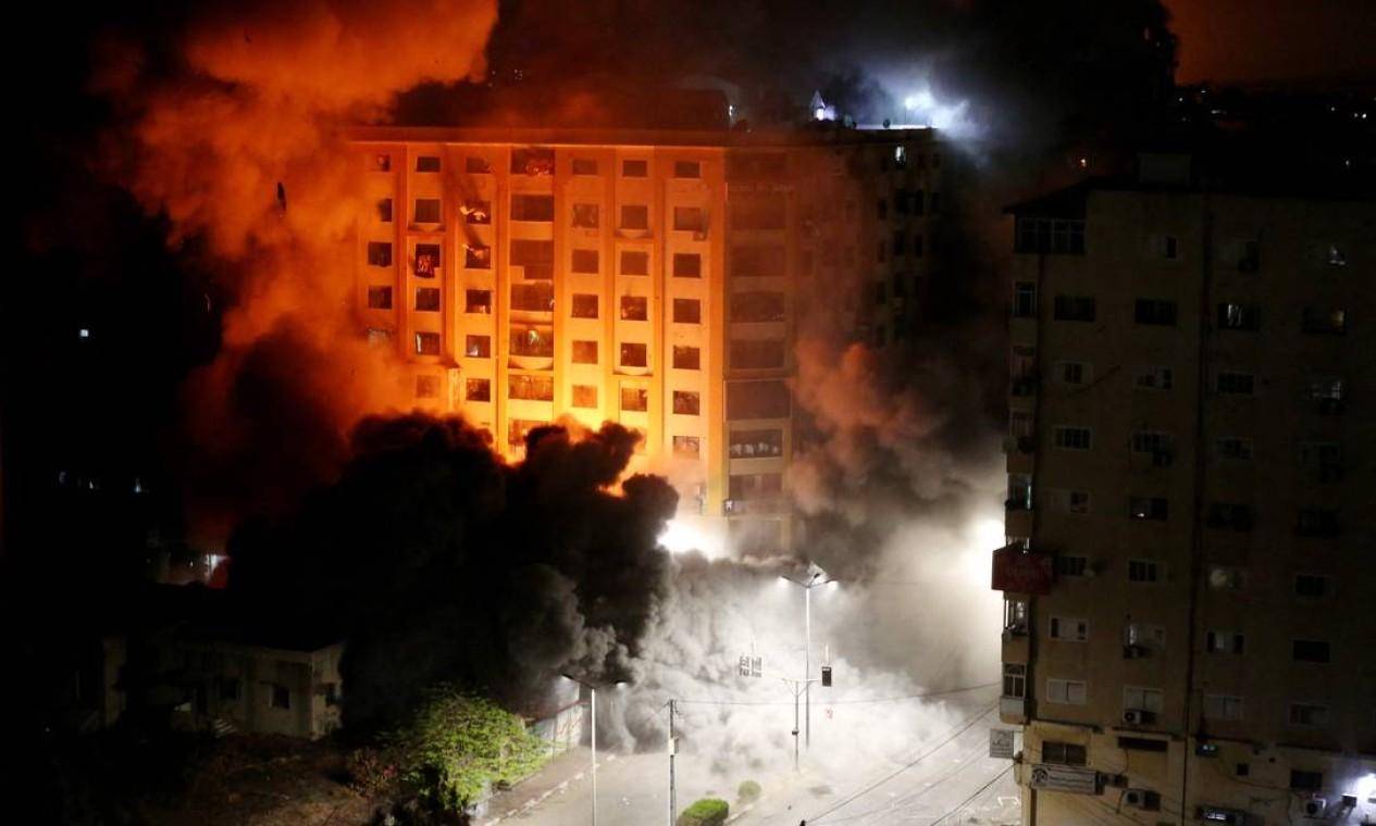 Torre Al-Jawhara na Cidade de Gaza, foi alvo de ataques aéreos israelenses durante a noite Foto: ASHRAF AMRA / AFP
