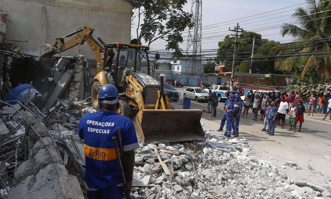 Ação de vários órgãos da prefeitura derruba construções irregulares na Colônia Juliano Moreira, em Jacarepaguá, na Zona Oeste Foto: Fabiano Rocha / Agência O Globo