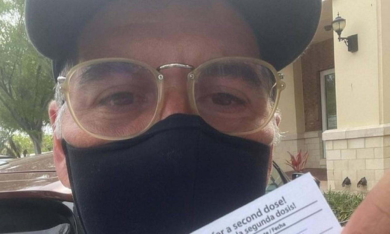 O humorista Leandro Hassum, de 47 anos, foi imunizado na Flórida e posou com a carteirinha de vacinação nas redes sociais. Foto: Reprodução do Instagram