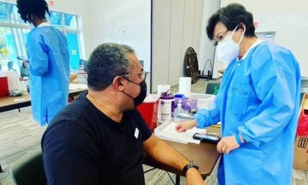 """Mauro Machado, conhecido como """"painitto"""" por ser pai da cantora Anitta, também foi vacinado nos EUA. Anitta disse em suas redes sociais que foi vacinada em Miami. Foto: Reprodução do Instagram"""