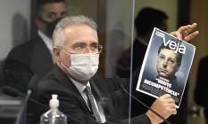 O relator da CPI da Covid, Renan Calheiros, mostra capa da revista com entrevista com Fabio Wajngarten Foto: Jefferson Rudy/Agência Senado