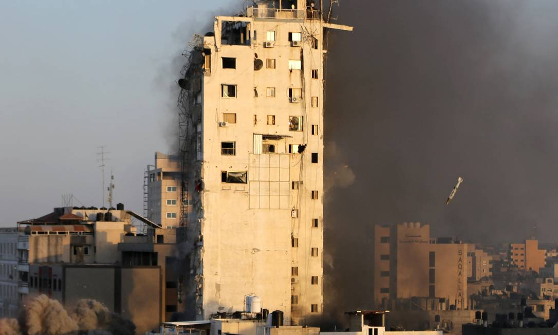 Fotógrafo capitura instante antes do míssel israelense atingir a base da torre Al-Sharouk, na Faixa de Gaza Foto: IBRAHEEM ABU MUSTAFA / REUTERS