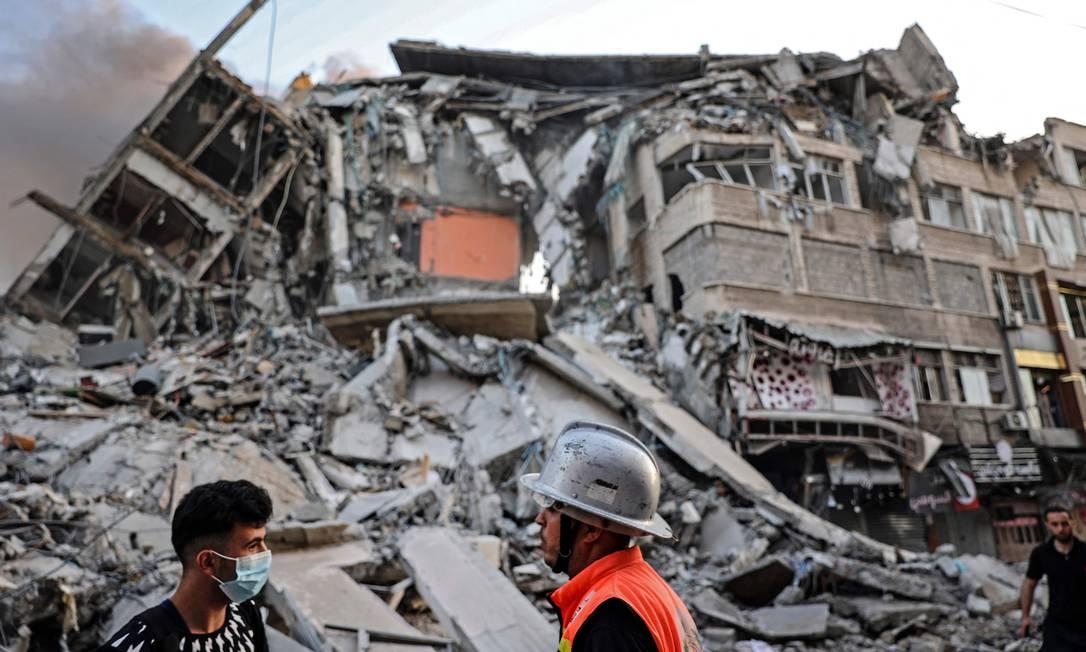 Em poucos instantes a torre Al-Sharoul era só escombros Foto: MAHMUD HAMS / AFP