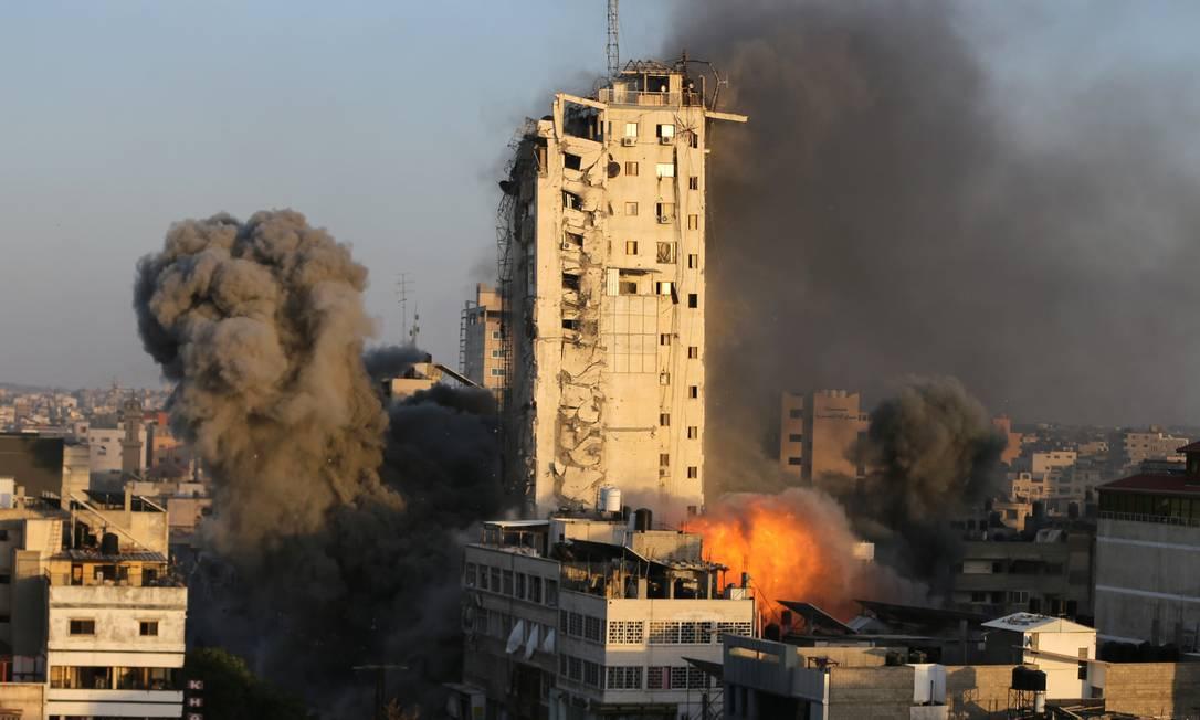 Explosões acontecem enquanto prédio começa a desabar Foto: IBRAHEEM ABU MUSTAFA / REUTERS