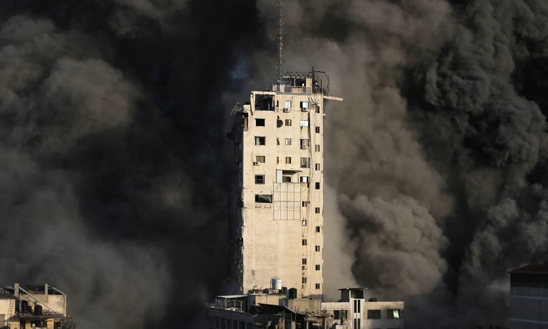 Imensa cortina de fumaça é vista por trás do edifício Foto: IBRAHEEM ABU MUSTAFA / REUTERS