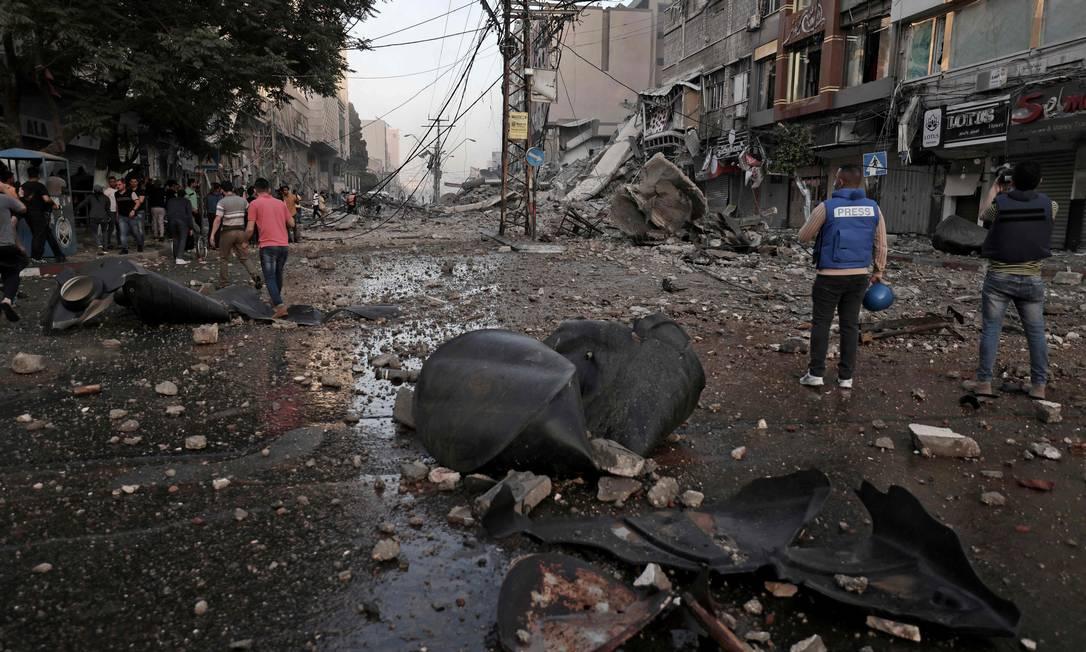 Em poucos instantes a torre Al-Sharoul era só escombros Foto: MOHAMMED ABED / AFP