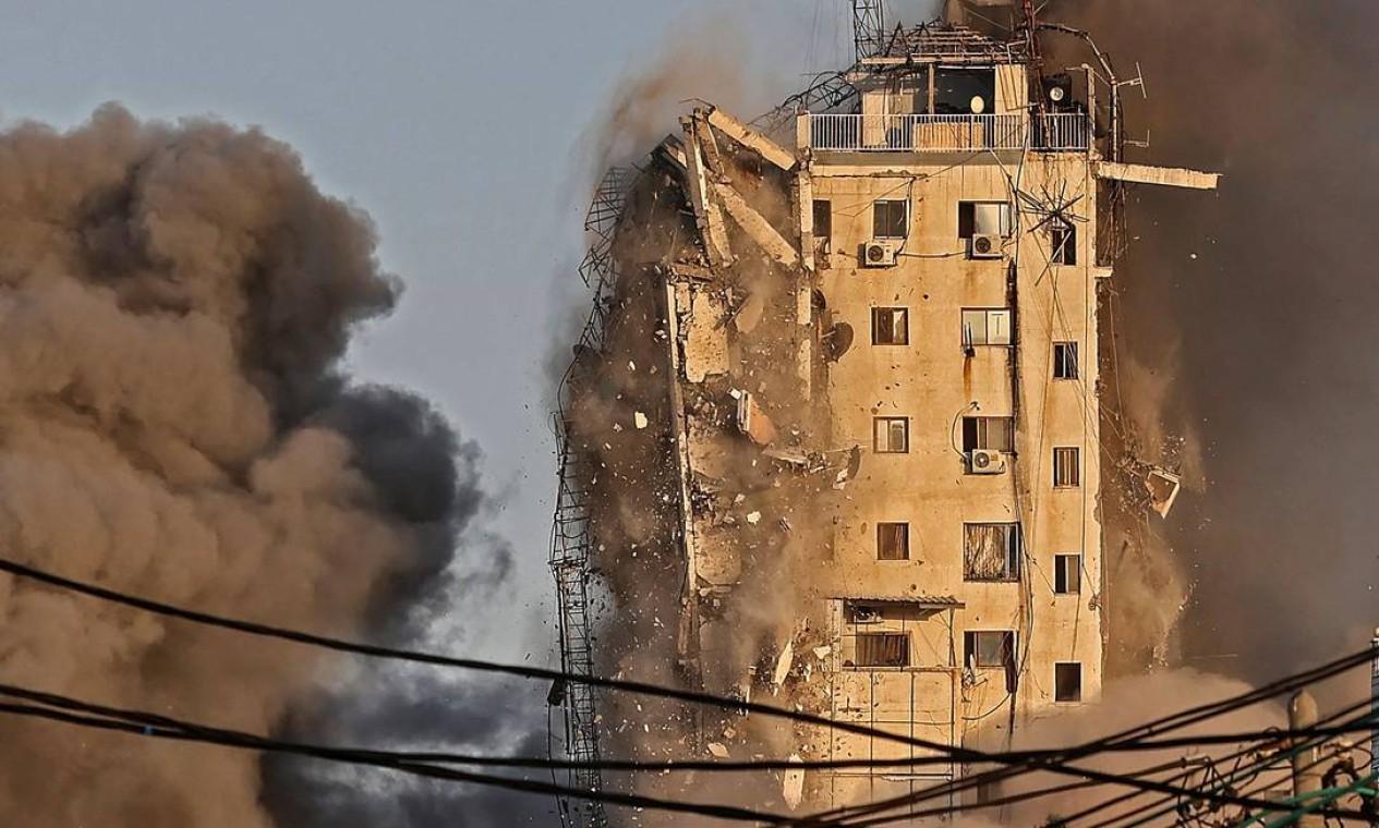 Momento em que o prédio começa a ser implodido Foto: MAHMUD HAMS / AFP