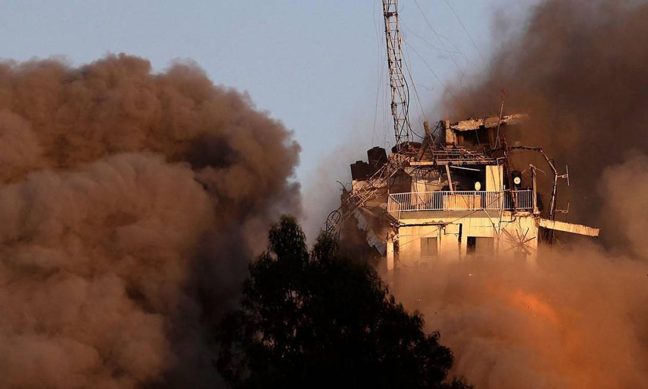 Fumaça toma conta do entorno do prédio derrubado por míssel Foto: MOHAMMED ABED / AFP