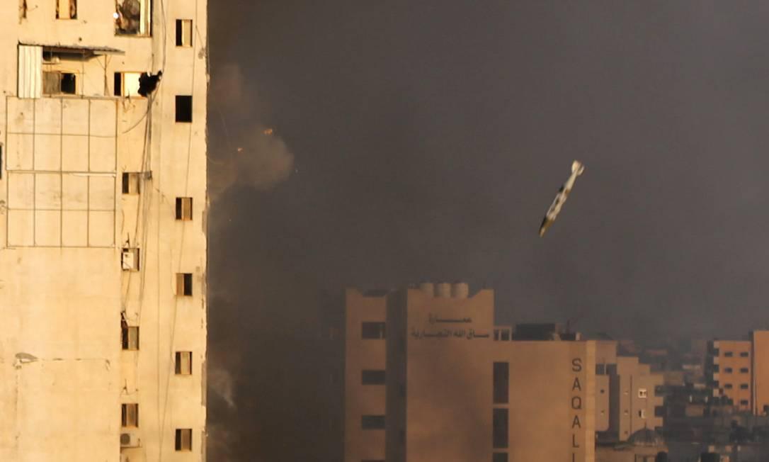 A imagem aproximada dá ideia da dimensão do explosivo lançado por Israel Foto: IBRAHEEM ABU MUSTAFA / REUTERS