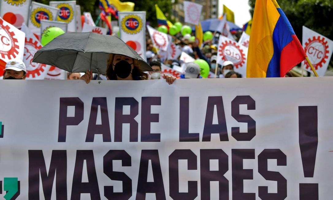 Manifestantes pedem 'fim dos massacres' em novo protesto contra o governo em Bogotá Foto: RAUL ARBOLEDA / AFP