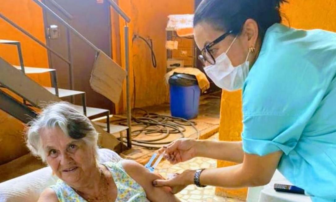 Alentina Rosa, de 84 anos, sendo vacinada em sua casa em Sabará Foto: Arquivo pessoal
