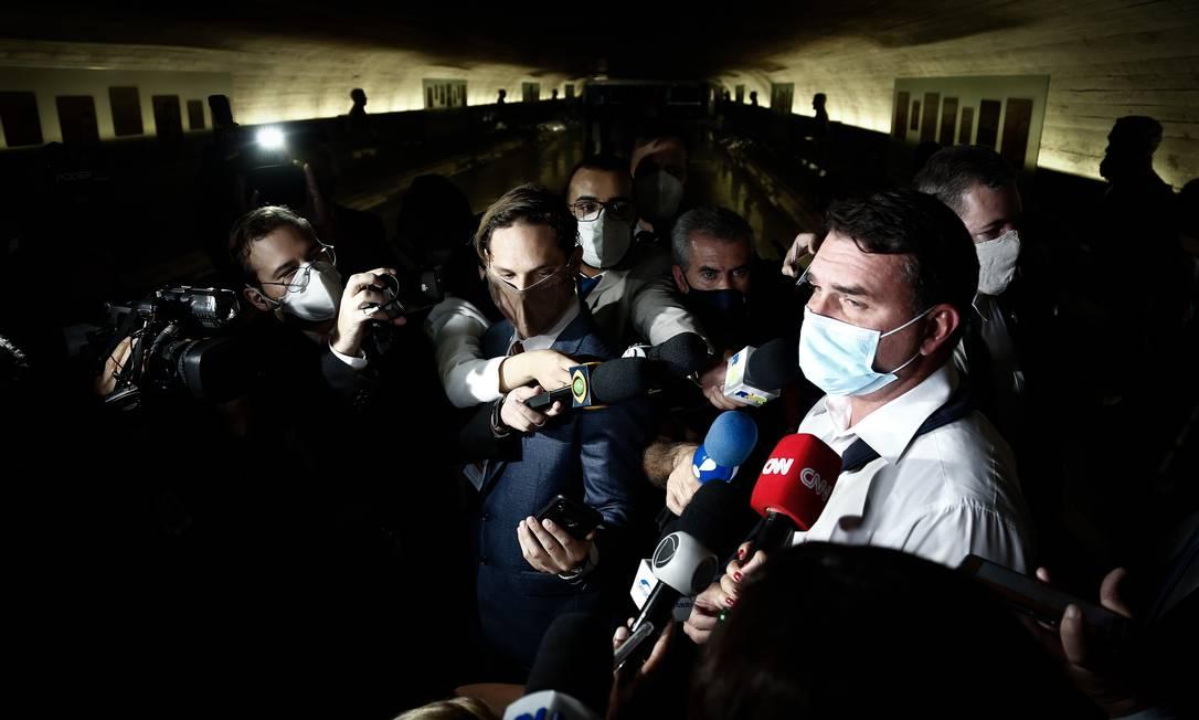 Flávio Bolsonaro fala com repórteres depois de interromper a sessão da CPI para reclamar dos pares sobre o pedido de prisão de Wajngarten por ele ter mentido à CPI Foto: Pablo Jacob / Agência O Globo - 12/05/2021