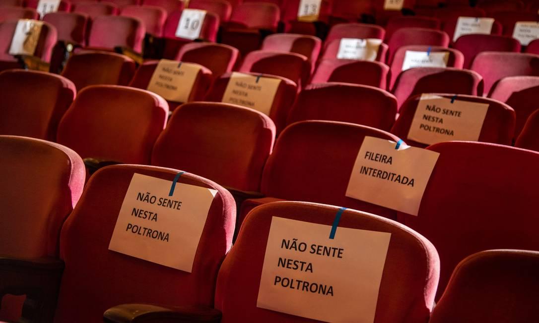 Poltronas isoladas pelo protocolo contra Covid-19 no Theatro Municipal: Cultura foi um dos setores mais prejudicados Foto: Ana Branco / Agência O Globo