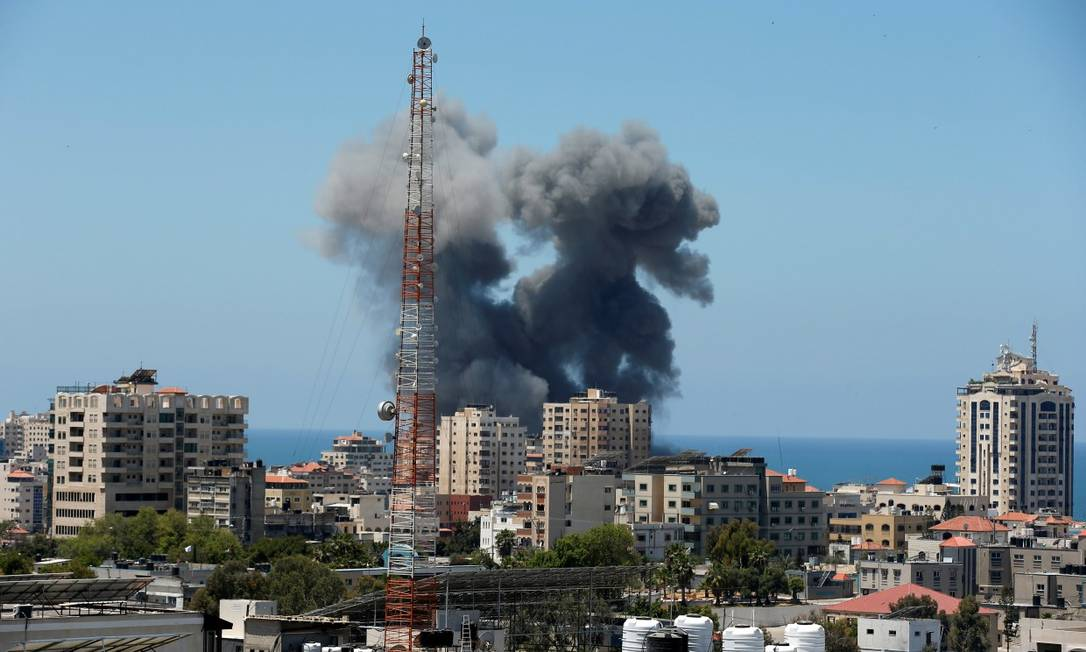 Fumaça toma o céu da cidade de Gaza após ataque aéreo israelense Foto: SUHAIB SALEM / REUTERS/13-5-21