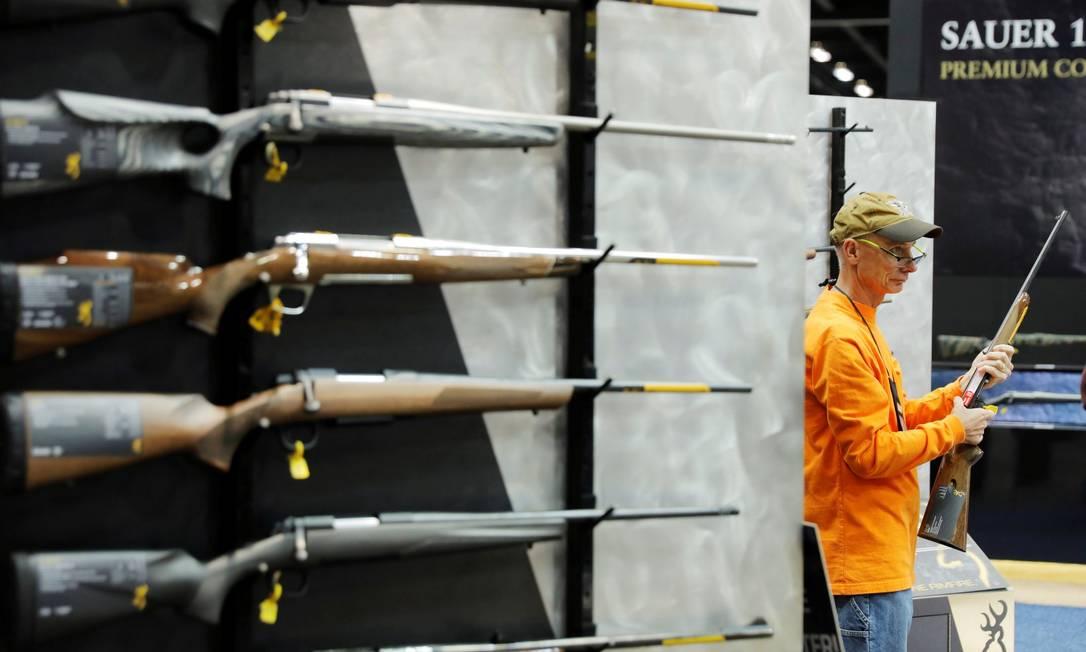 Homem inspeciona rifle Browning durante reunião anual da NRA em Indianápolis, Indiana Foto: LUCAS JACKSON / REUTERS/28-4-19