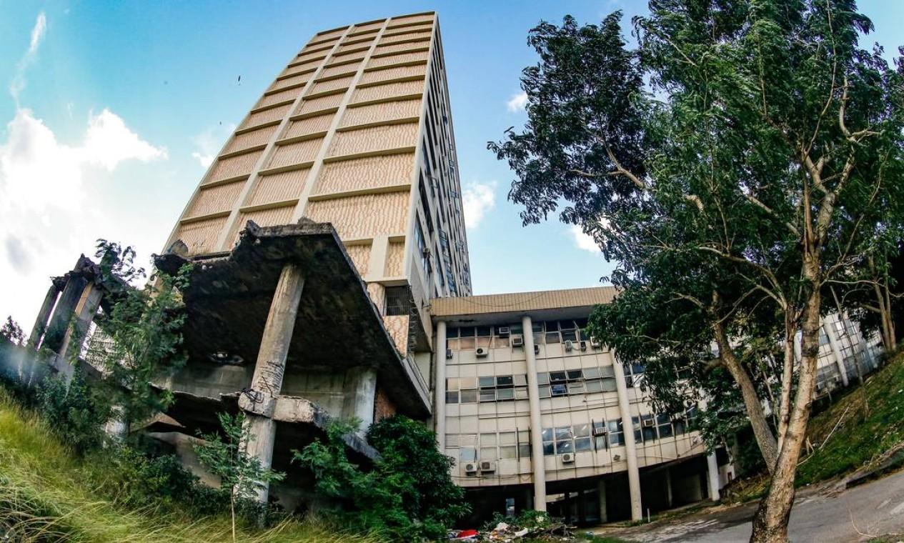 Prédio do Hospital do Fundão sofre com o descaso Foto: Roberto Moreyra / Agência O Globo