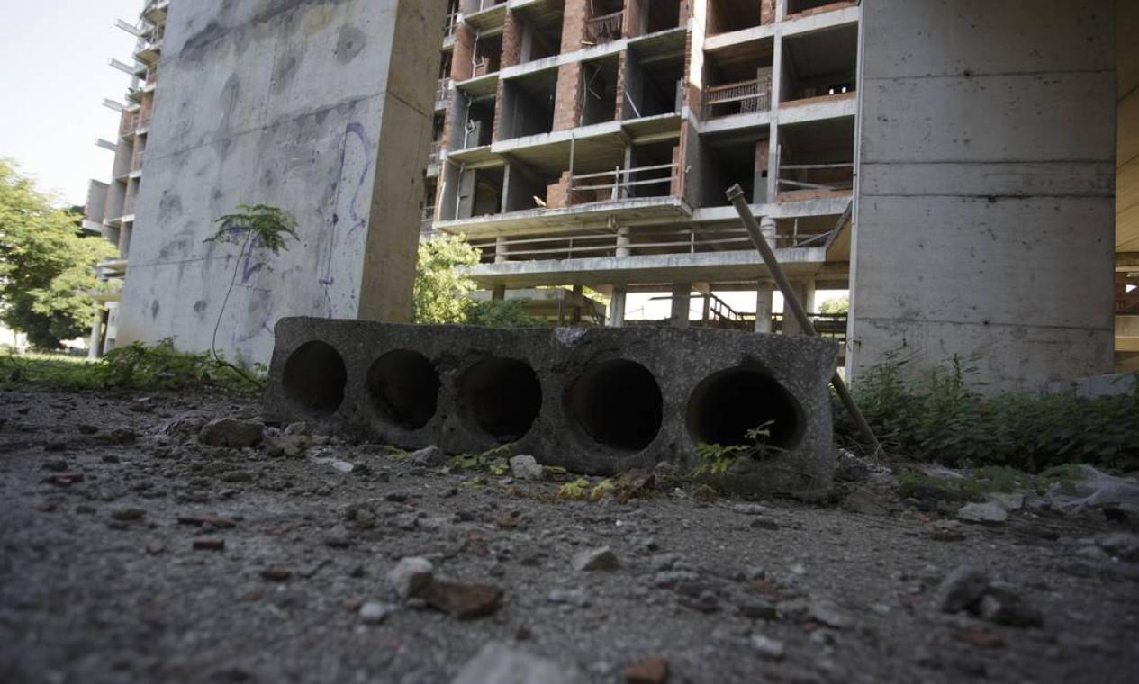 Universidade fantasma. Prédios foram abandonados em meio à construção Foto: Márcia Foletto / Agência O Globo