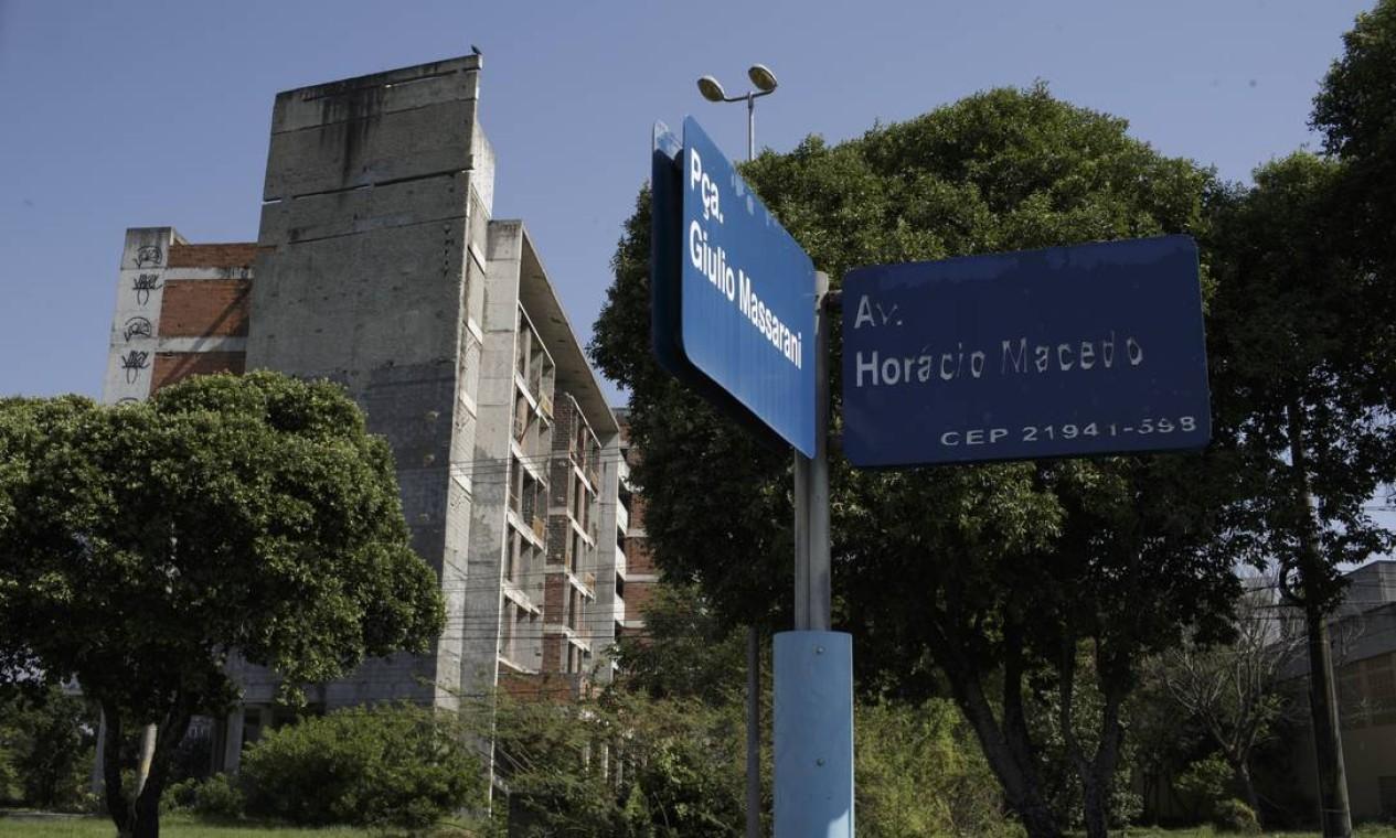 Prédio em construção abandonado no campus. Nas placas, escrições danificadas impedem leitura clara do logradouro Foto: Márcia Foletto / Agência O Globo