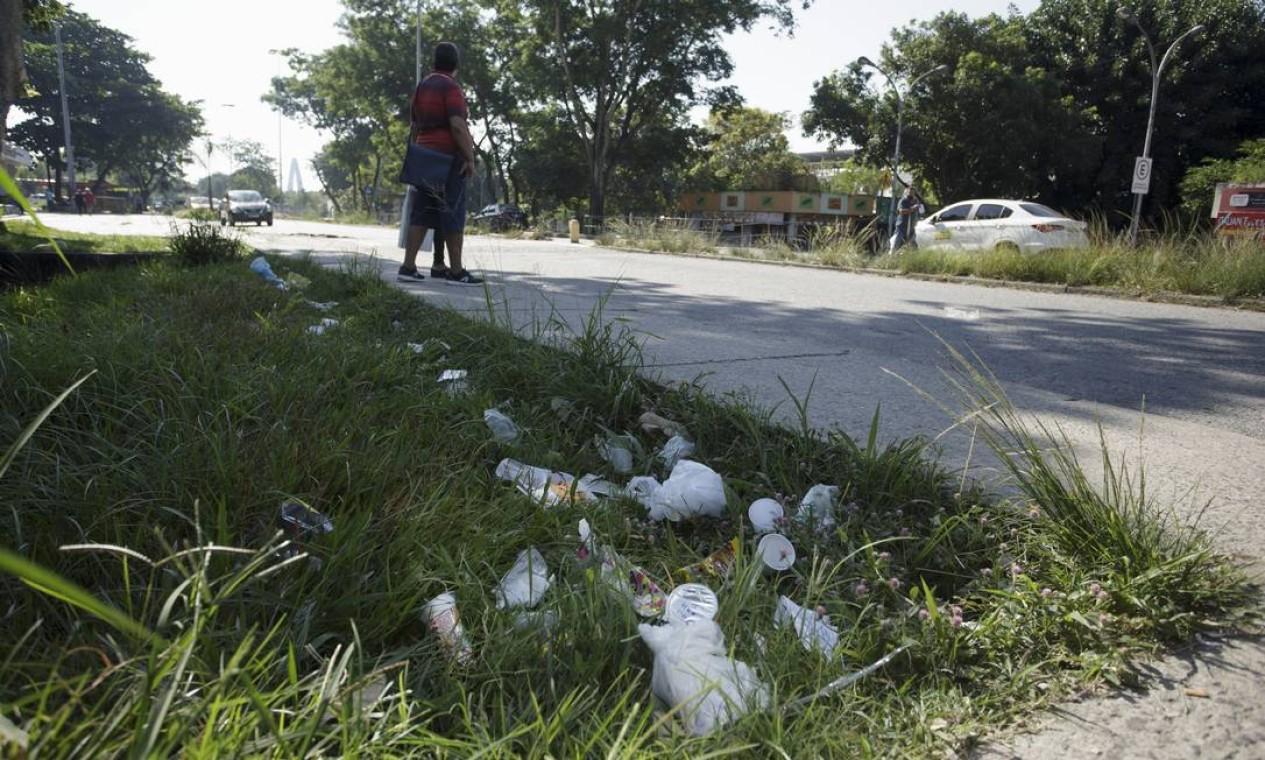 Área em torno do Hospital Universitário tem lixo por toda parte Foto: Márcia Foletto / Agência O Globo