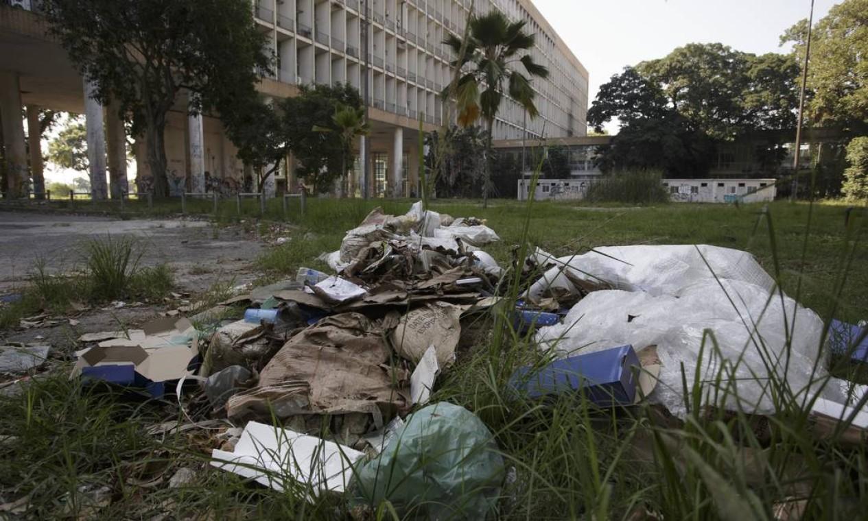 Lixo acumulado ao lado do prédio da reitoria da UFRJ do Fundão Foto: Márcia Foletto / Agência O Globo