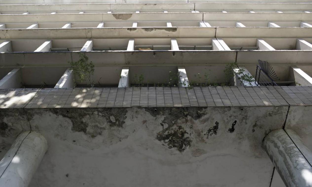 Infiltrações são alguns dos problemas que refletam o sucateamento do ensino superior no país Foto: Márcia Foletto / Agência O Globo