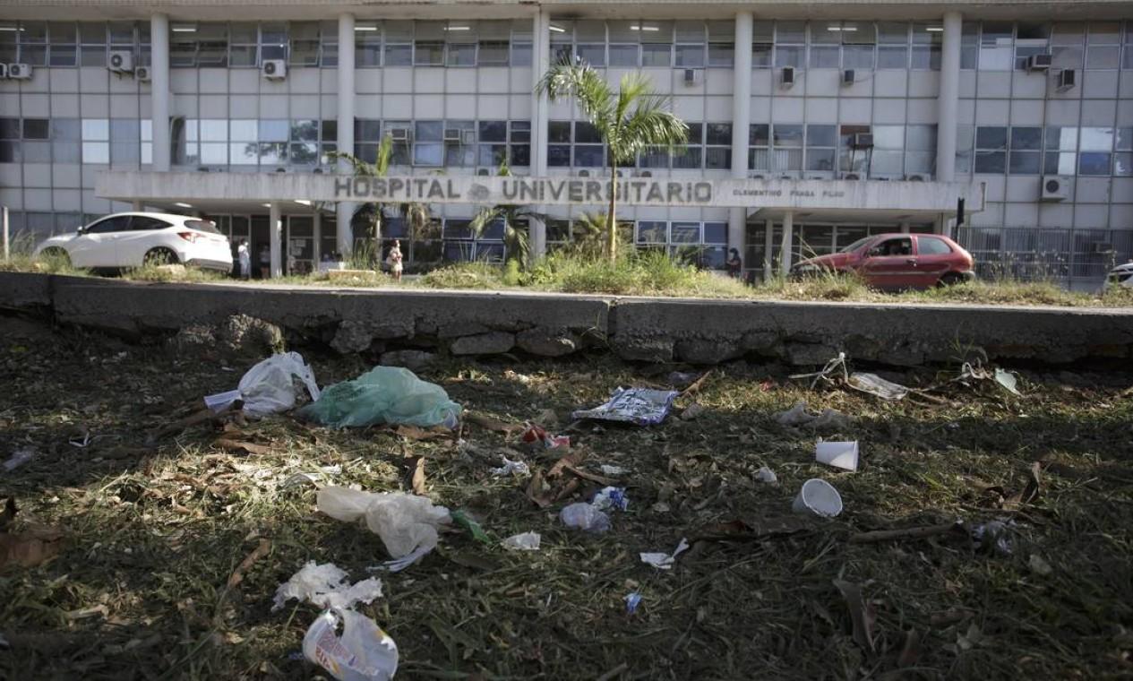 Lixo jogado em frente ao Hospital Universitário do Fundão, na Ilha do Governador Foto: Márcia Foletto / Agência O Globo