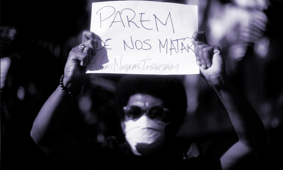 Manifestante antirracista mostra cartaz com a inscrição 'Parem de nos matar' no protesto Vidas Negras Importam, em maio, na Zona Sul do Rio de Janeiro Foto: Roberto Moreyra