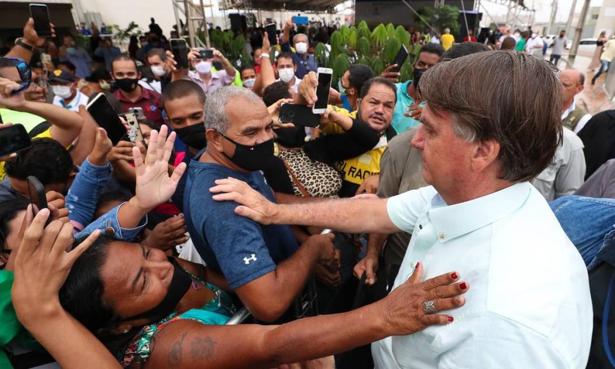Apoiadores se aglomeram para se aproximar do presidente, que não usou máscara no evento Foto: Isac Nóbrega / PR
