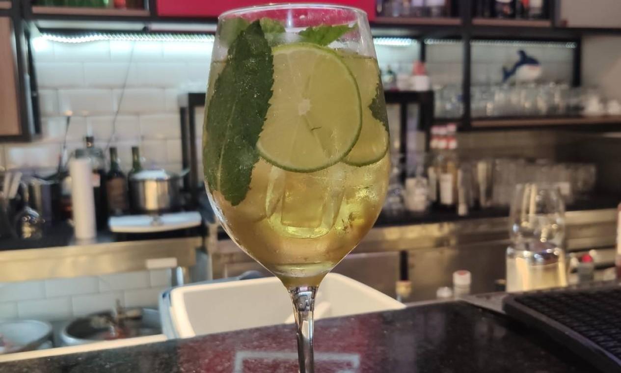 Refrescante. Nascido nos alpes da Áustria, o spritz Hugo (R$ 30) é um dos drinques mais pedidos do Bobô Bar do Taste Lab NorteShopping. Leve, adocicada e refrescante, a bebida tem hortelã, limão e espumante Foto: Divulgação