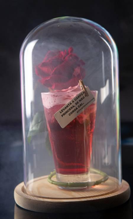 Dose dupla. A ginteria Bhar! (97321-2899) vai oferecer no Dia do Coquetel dose dupla de drinques com gim.Um deles é o Bem Princesinha, feito com xarope de rosas e morango e uma espuma de frutas vermelhas com glitter: R$ 32,90 Foto: Divulgação