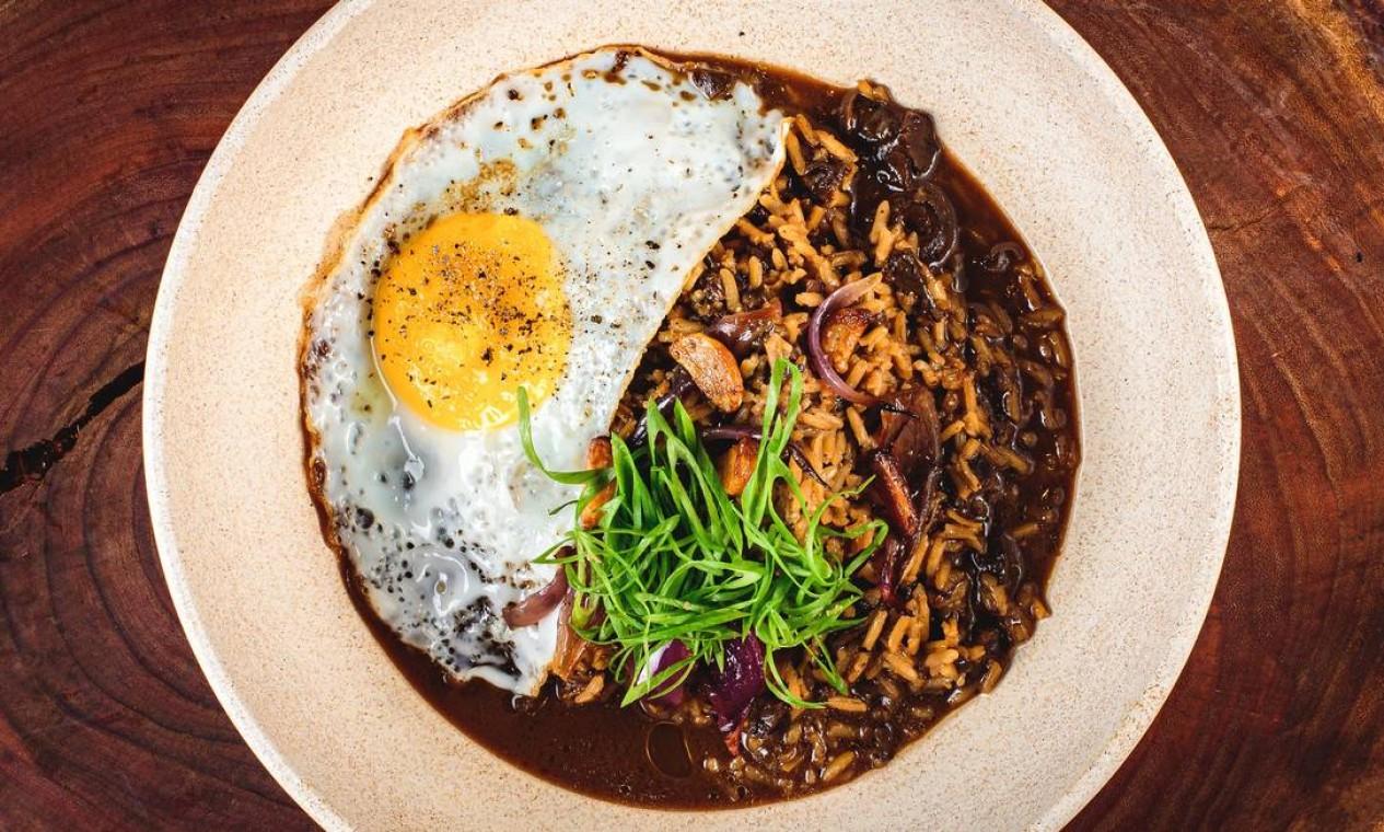 Vó Vidal.Arroz caldoso de funghi com ovo frito: R$ 37,90 Foto: Divulgação/Alexandre Woloch