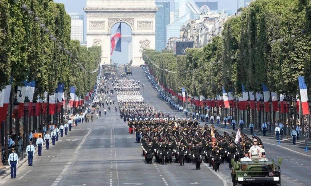Guardas marcham durante o desfile militar anual do Dia da Bastilha na avenida Champs-Elysees, em julho de 2018 Foto: Ludovic MARIN/AFP