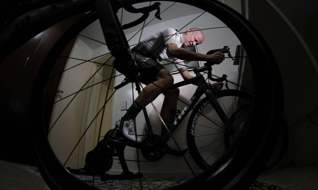 Bicicleta ergométrica é uma das saídas para o treino em meio ao isolamento Foto: Gustavo Miranda / Agência O Globo