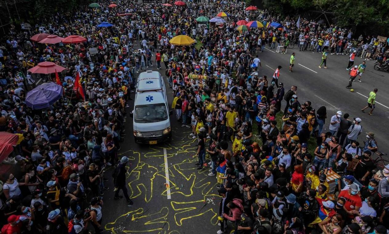 Manifestantes abrem caminho para passagem de uma ambulância durante um novo protesto contra o governo em Medellín Foto: JOAQUIN SARMIENTO / AFP - 12/05/2021