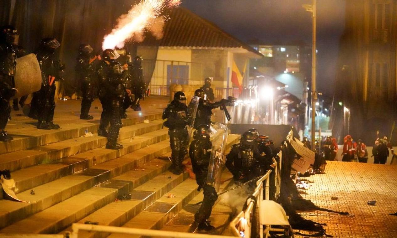 Polícia confronta manifestantes em Bogotá. Governo enfrenta fortes críticas e condenações pela repressão aos protestos que pressionam o presidente Iván Duque Foto: STRINGER / REUTERS - 12/05/2021
