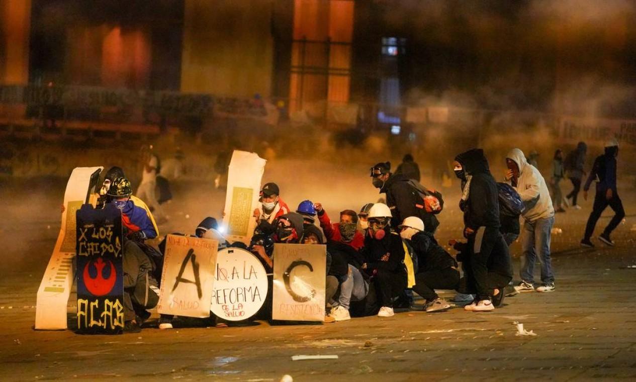 Manifestantes em confronto com a polícia durante protestos contra o governo de Iván Duque Foto: STRINGER / REUTERS - 12/05/2021
