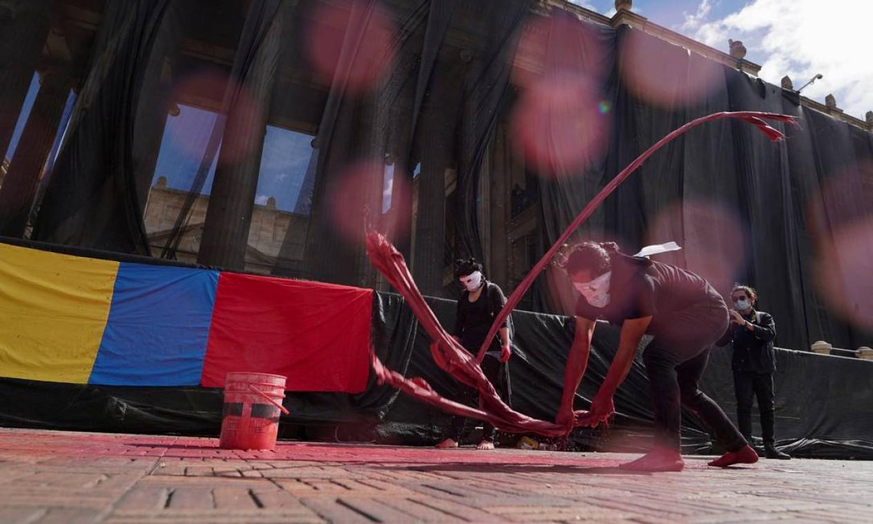 Manifestações, que eclodiram em 28 de abril contra uma polêmica reforma tributária, vêm sendo violentamente reprimidas, e autoridades de saúde estão se preparando para enfrentar os efeitos desses protestos registrados nas últimas semanas sobre a pandemia de covid-19 Foto: STRINGER / REUTERS - 12/05/2021