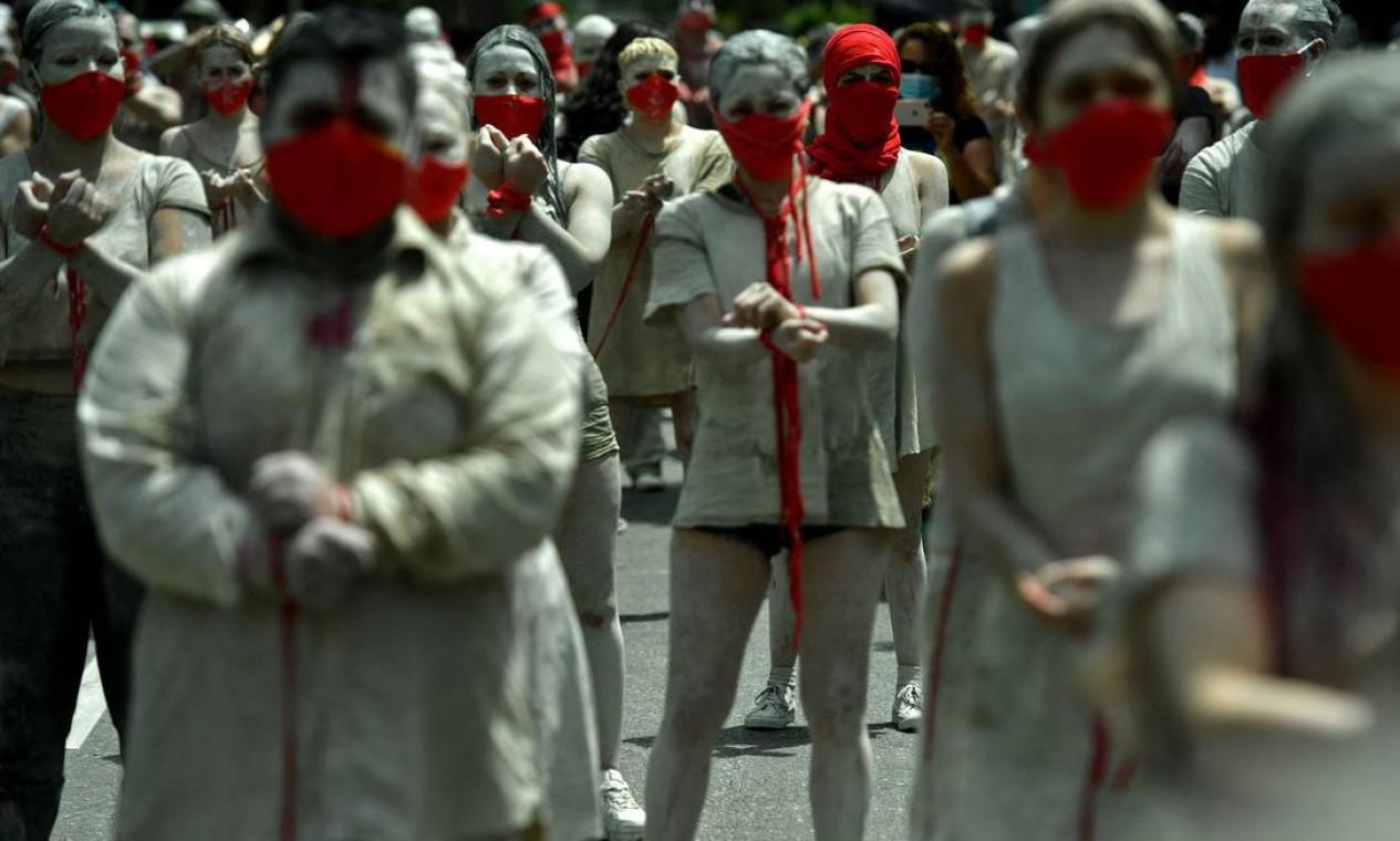 Protesto contra o governo do presidente colombiano Iván Duque, em Medellín Foto: JOAQUIN SARMIENTO / AFP 12/05/2021