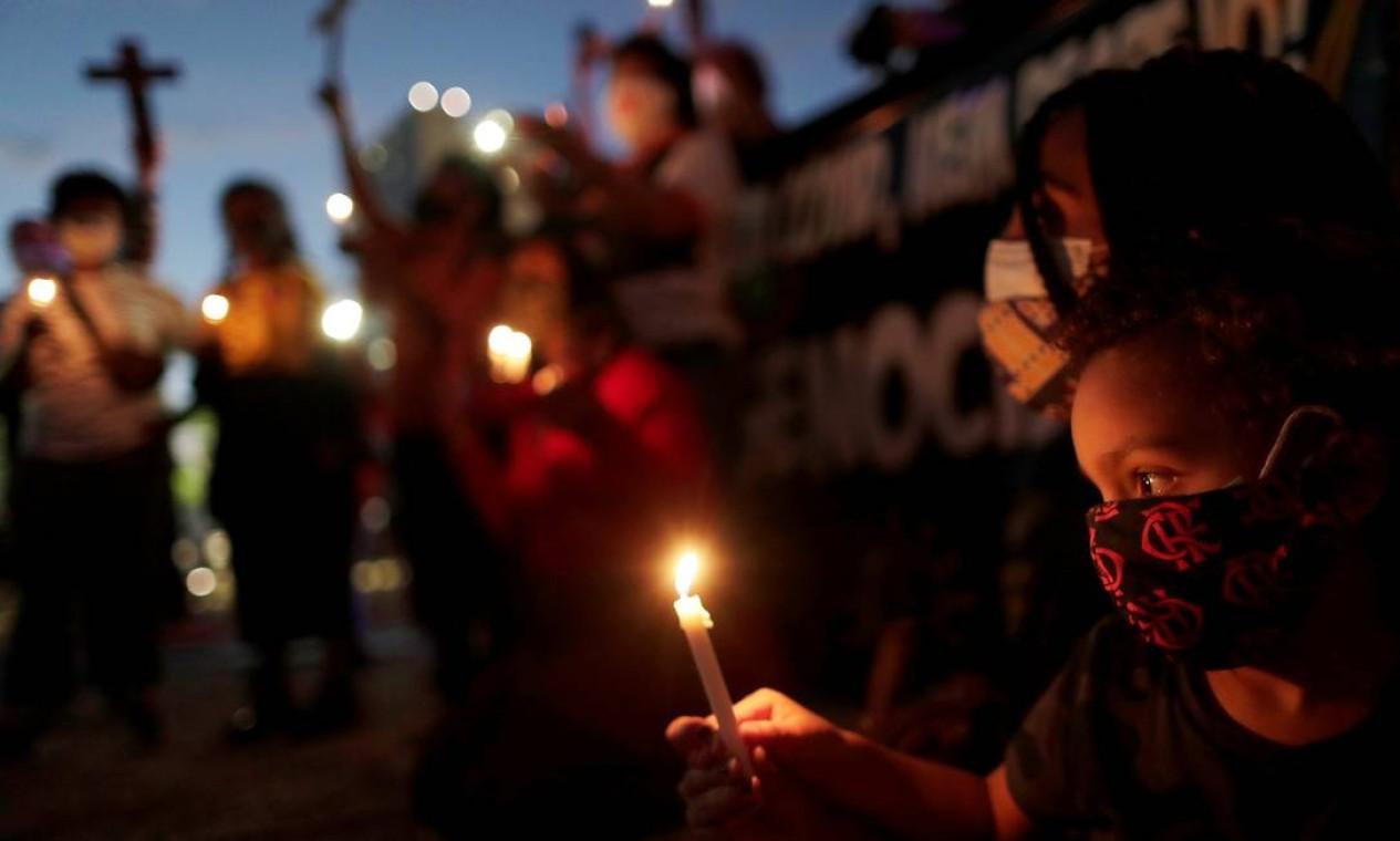 Com velas, cruzes e cartazes, ativistas do movimento negro se reuniram em Brasília para marcar a data em que se comemora a assinatura da Lei Áurea, que pôs fim à escravidão no país, em 1888 Foto: UESLEI MARCELINO / REUTERS