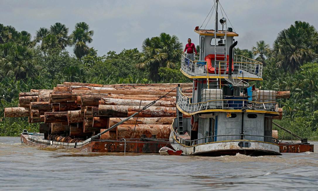 Em imagem de setembro de 2020, embarcação transporta madeira extraída pelo rio Murutipucu River no município de Igarapé-Miri, no Pará Foto: TARSO SARRAF / AFP